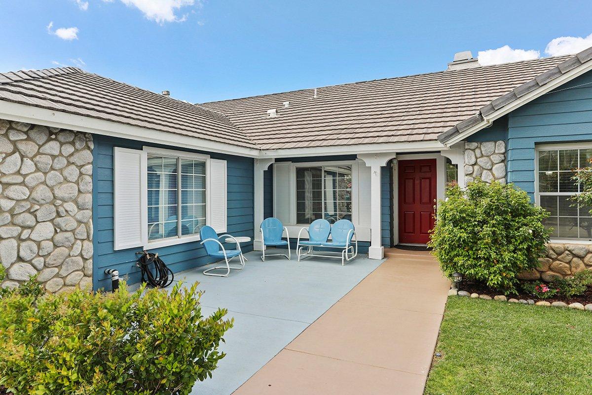 37039 Velutina Way Palmdale CA - Front Porch